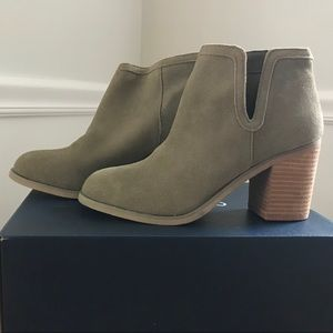 🍁🍃Neutral Green Booties never worn! Size 8